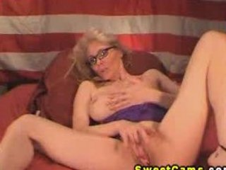 Mature babe in glasses fingering