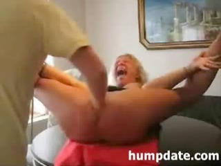 Kinky MILF gets her ass toyed and pussy fisted